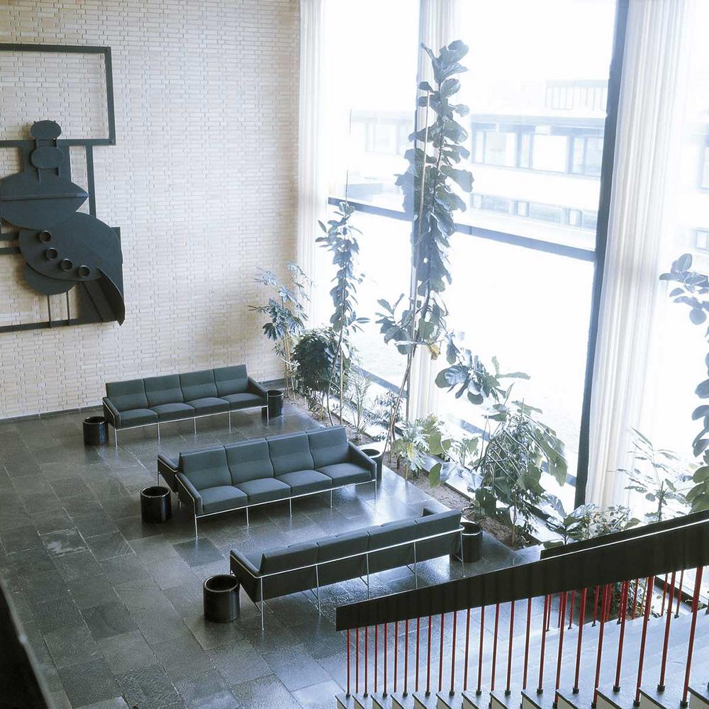 Series 3300 Sofa designed by Arne Jacobsen for Fritz Hansen